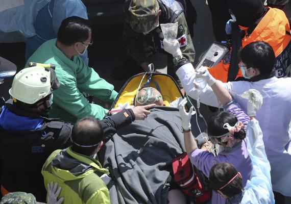 Egy romok közül kiemelt túlélőt visznek hordágyon. A legutóbbi adatok szerint megközelítőleg 540 ember sebesült meg a katasztrófában.