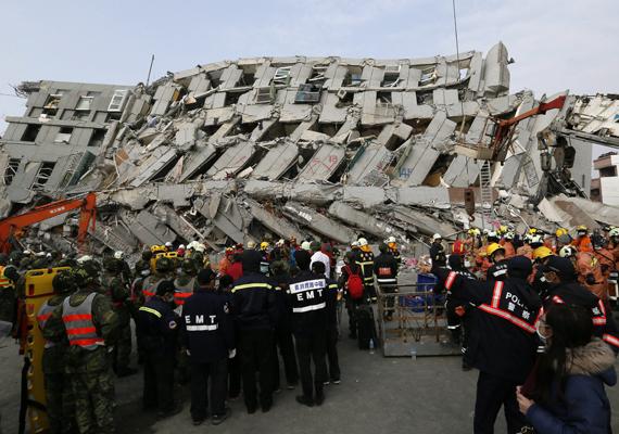 Ez maradt az épületből a földrengés után. Elképzelhető, hogy a toronyház azért omlott össze, mert az építése nem a szabvány szerint történt. Az építtetőt őrizetbe vették, a cégvezető mellett két másik személy ellen is eljárást kezdeményeztek.