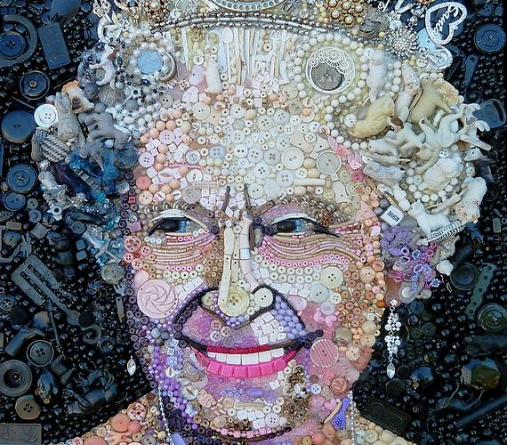 II. Erzsébet királynő haja műanyag játékokból van.