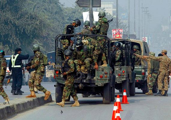 A hírek szerint öt-hat fegyveres lépett be az épületbe, de többet közülük agyonlőttek, egyikük pedig önmagát robbantotta fel.