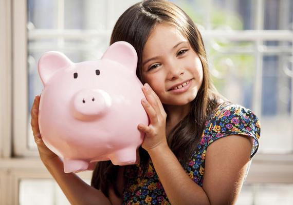 A Magyar Államkincstárnál nyitható Start-számla lényege, hogy a szülők gyermekük születésétől fogva gyűjthetik rá a pénzt, így az állam által adott 42 500 forintos kezdő összeg a gyerek 18 éves korára akár milliókra is dagadhat. Ez a lehetőség nagyon népszerű a családok a körében: itt találod a korábbi cikkünket erről!
