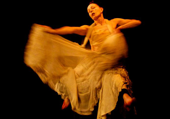 Kuriózumként az egyik legnagyobb mexikói táncosnő, Lola Lince érkezik Magyarországra, aki a ma élő legidősebb női butoh mester tanítványa.