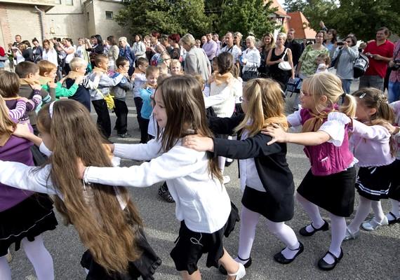 Tanévnyitó ünnepség a II. Rákóczi Ferenc Általános Iskolában. Az általános iskolás tanulóknak az idei tanévben délután négyig bent kell maradniuk az iskolában, de a szülők kérhetnek felmentést ezalól.