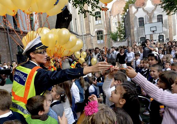 Lufikat osztanak a rendőrök a tanévnyitón. Szeptembertől számos iskolában lesz állandó rendőri jelenlét.