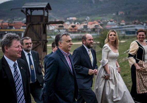 """""""Van olyan, hogy a kapufáról kifelé pattan a labda. Tisztelettel köszönöm a bennünket támogatók bizalmát. Köszönöm a munkát Fenyvesi Zoltánnak és az aktivistáknak. Sokat dolgoztak, szép munka volt"""" - posztolta Orbán Viktor a Facebookra a vereség után. Az egyik hozzászóló a következőképp reagált: """"Ezért kellenek a szép, új stadionok! Legyen hol gyakorolni a kapufára rúgást."""""""