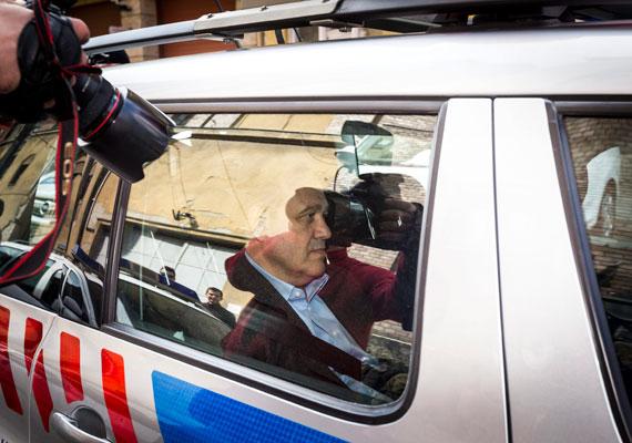 Tarsolyt már szombaton átszállították a Fővárosi Főügyészség budai épületébe, de csak tegnap hoztak döntést arról, hogy előzetes letartóztatásba helyezik az üzletembert.