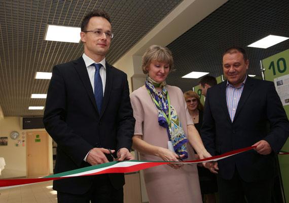 Ez a kép tavaly ősszel készült, amikor Szijjártó már miniszter volt. A moszkvai magyar vízumközpontot adják éppen át.