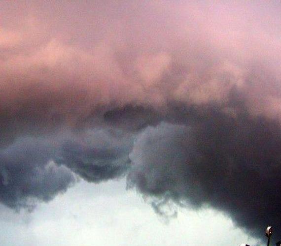 Hatalmas viharfelő hömpölyög az égen.