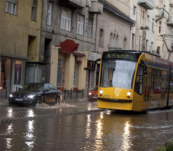 Budapest belvárosában a villamos is nehezen közlekedett.