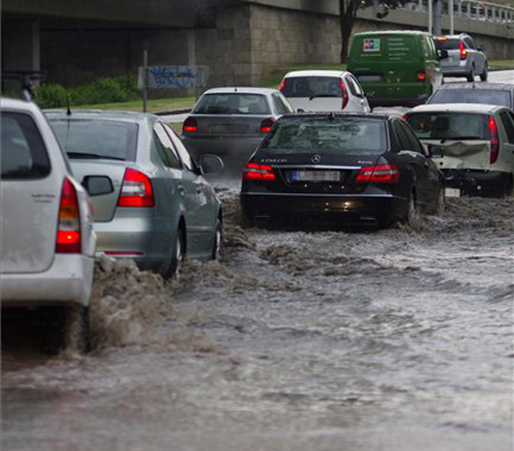 Az autók szinte lebegnek a vízen Budapesten, a III. kerületben.