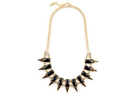 Az arany szín és a fekete, valamint a különböző stílusok váltakozása, a finom gyöngyszemek és a kissé vadabb tüskék egy különleges, egyedi darabot teremtenek. Extravagáns fekete-aranyszínű nyaklánc, 1990 forint.