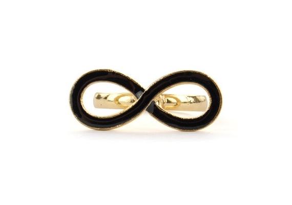 Arany alapszínű gyűrű, egy fektetett, fekete nyolcassal, ami a végtelen jele.Szimbóluma miatt az állítható méretű ékszer nagyszerű ajándék is lehet. Az aranyszín-fekete végtelen gyűrű 990 forintba kerül.