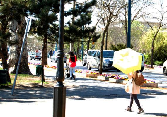 Nem tudjuk, hogy a turista esőre készült-e - a kabát erre utal -, de az biztos, hogy az erős napsütés miatt is hasznát vette az ernyőnek.