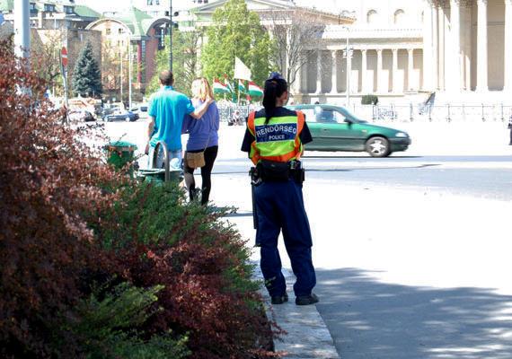 Rendőr a Hősök terén. Inkább beállt az árnyékba.