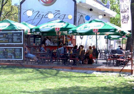 A vendéglők, kávézók teraszán is előbb az árnyékos helyek fogytak el. Ki gondolta volna ezt a húsvéti fagyok idején?