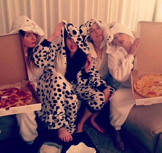 A Met-gála után Taylor a Haim nevű lánybanda tagjaival állatos témájú, pizzaevős pizsamapartit tartott, ahol ez a vicces fotó készült róluk.