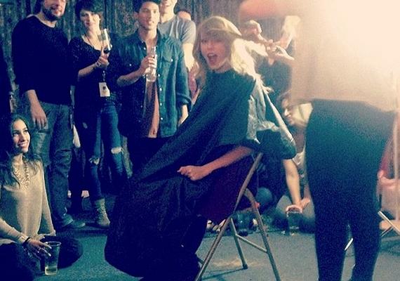 Cara Delevingne szerdán osztotta meg ezt a fotót Taylor hajvágásáról.