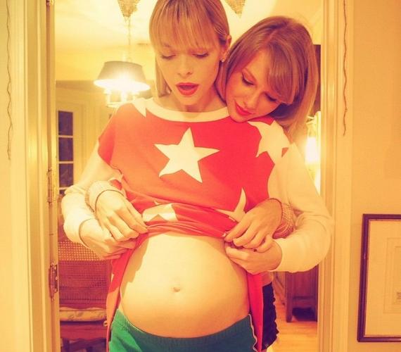Jaime King ezt a képet osztotta meg az Instagramon, ahol bejelentette, Taylort választották keresztmamának.