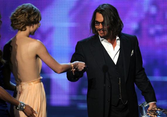 A 27 évvel idősebb Johnny Depp hetedik unokatestvére az énekesnőnek. A két sztárban a jótékonykodás is közös.