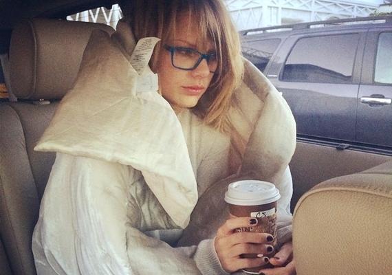 Az Instagramra töltötte fel a fotót Taylor Swift, melyen smink nélkül, szemüvegben szerepel nem sokkal ébredés után.
