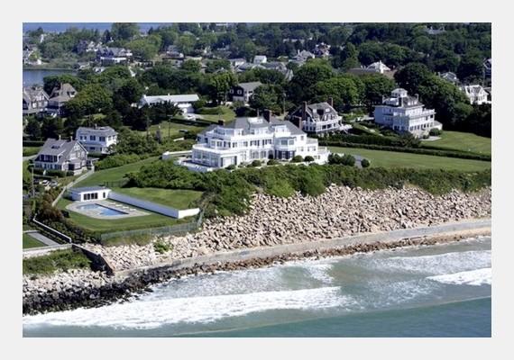 A Rhode Island-i ház közvetlenül a víz mellett van, így gyönyörű kilátás nyílik a tengerre.