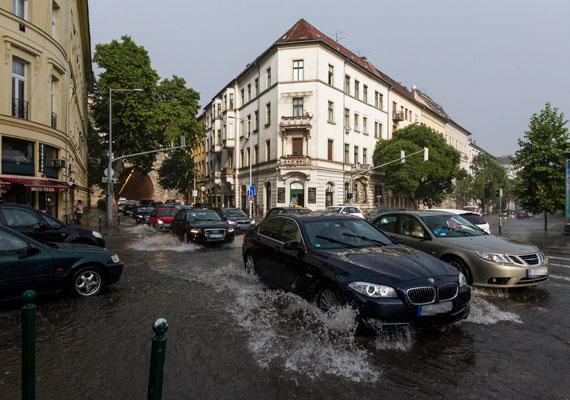 Budán az Alagútnál ekkora vízben gázoltak az autók.