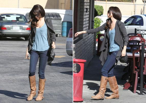 Selena Gomez barna, sportos csizmáját a rávarrt csat teszi érdekesebbé.