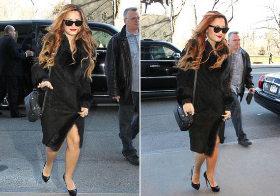 Demi Lovato fekete szövetkabátját szőrmerátét teszi elegánsabbá.