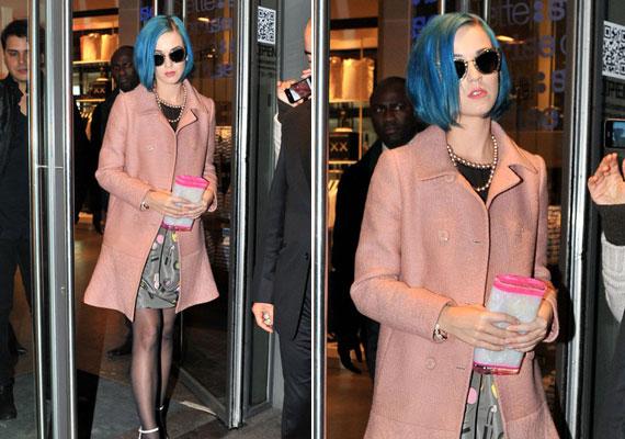 Katy Perry is szövetkabátot hord, de a lazacszín miatt ez inkább bohókás darab.