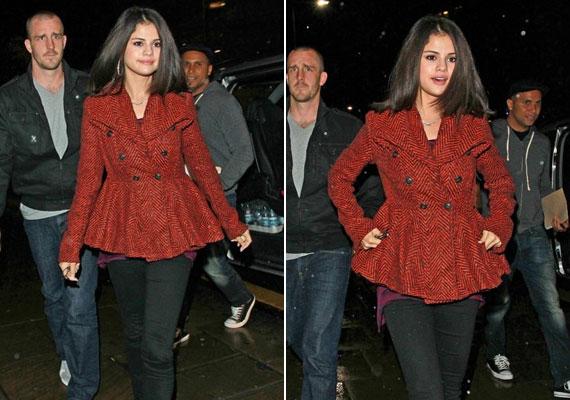Selena Gomez kabátját a harang alakú alsórész teszi érdekessé.