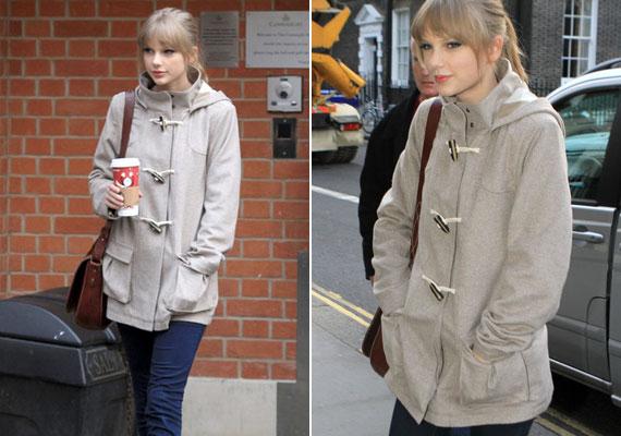 Taylor Swift szövetkabátját a nem hagyományos gombok teszik érdekessé.