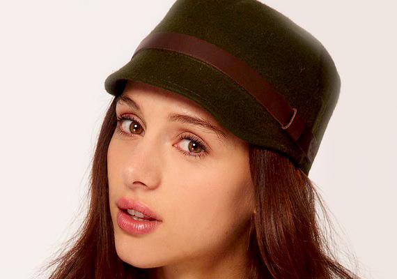 Még a sapka és kalap közti átmenet is szupertrendi, így hordd bátran.
