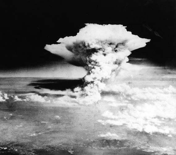 Ennek a tervnek a részeként került lebombázásra Hirosima 1945. augusztus 6-án. Bár a kutatók és a vállalkozás tagjai ellenezték az uránbomba bevetését, Harry S. Truman akkori amerikai elnök mégis emellett döntött, ezzel 140 ezer ember halálát okozva.