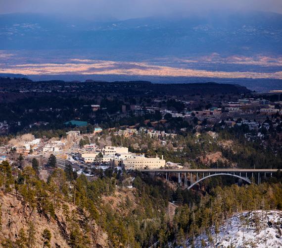 Los Alamos létezése a hirosimai bombázásig teljesen titkos volt, a lakosokat katonai felügyelet alatt tartották. Ebben a városban élt Teller Ede is.