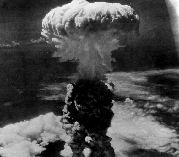 A második atomtámadásra három nappal később került sor, ekkor Nagaszakit sújtotta plutóniumbomba. 80 ezer ember életébe került a támadás, és majdnem ugyanennyien sugársérülést szenvedtek.