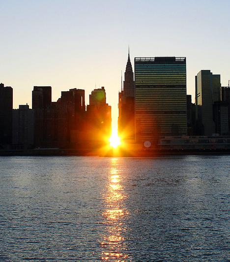 A sziget, melyen Manhattan elterül, 21 km hosszú, legszélesebb részén pedig 3,7 km. Több mint másfél millióan lakják a mindössze 85 négyzetkilométeres területet, minek következtében Manhattan az ország legsűrűbben lakott része. Május 28-án és július 12-én napnyugtakor az utcák hosszában süt a nap, így kizárólag ezeken a napokon lehetséges az utcaszintről látni a napnyugtát.