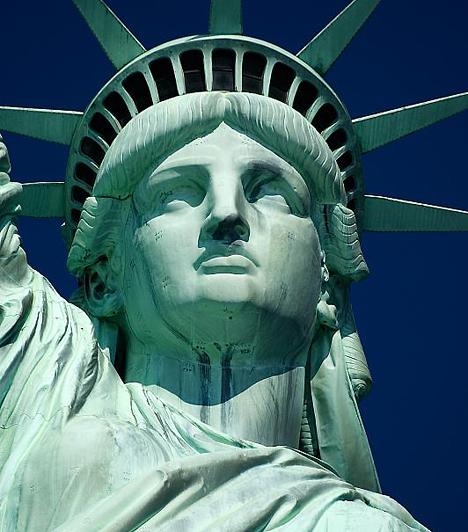 Az ország történelmének legjelentősebb dátuma 1776. július 4. A korábban Nagy-Britanniához tartozó 13 amerikai gyarmat a Függetlenségi Nyilatkozat elfogadásával ekkor alapította meg az Amerikai Egyesült Államokat. A franciáktól megszerezték Louisianát, a spanyoloktól Floridát, majd többek között Texast, Új-Mexikót, Nevadát, Kaliforniát és Arizonát.Kapcsolódó cikk:5 történelmi kérdés, amit biztosan rosszul tudsz »