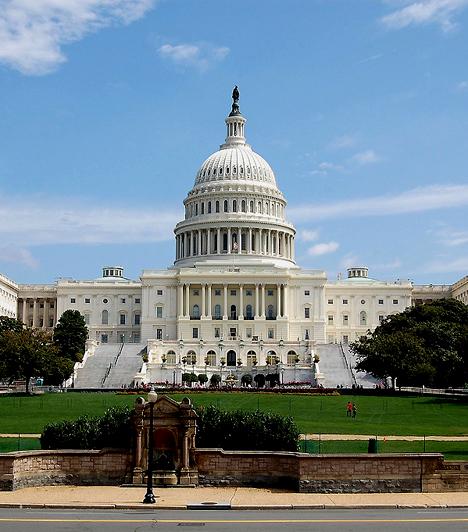 A kétkamarás testület, az Egyesült Államok Kongresszusa segédkezik a törvényhozásban. A képviselőház és a szenátus a Washington D.C.-ben található Capitoliumban ülésezik. Többnyire azonos jogok illetik meg őket, ám a szenátus feladata például jóváhagyni a magas beosztású köztisztviselők elnöki kinevezését, de a külföldi egyezmények elnöki aláírásának elfogadása is a szenátus jogköre.