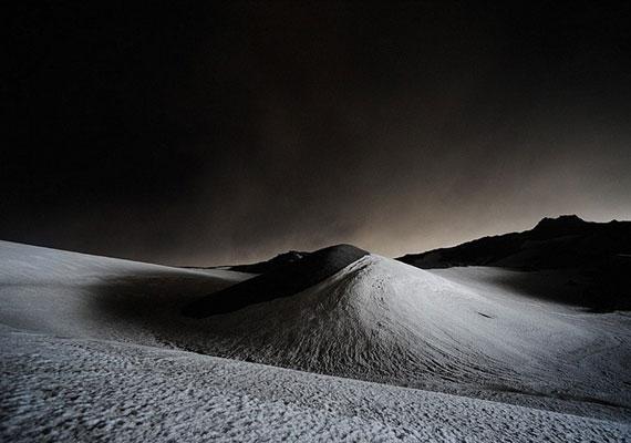 2011. május 22-én a fény visszatükröződik a hamuval borított földről.