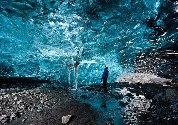 Jégbarlang a Vatnajokull-gleccserben. A jégbarlangok többnyire sötétek, de néha, ha a tetejük elég vékony, átsüthet rajtuk a fény.