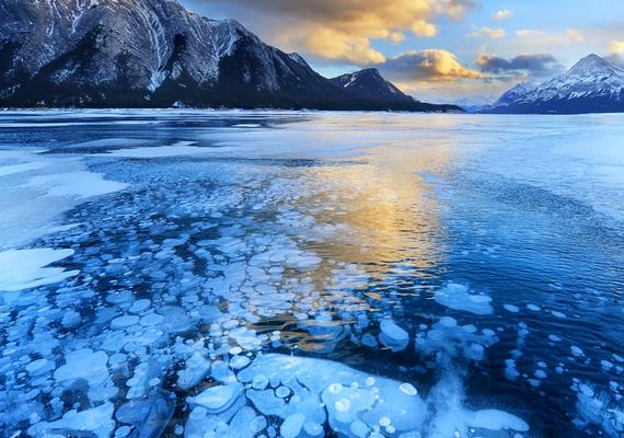 A kanadai Albertában található Ábrahám-tavat ellepték a fagyott buborékok. Ezt az elképesztő természeti jelenséget a környező növény- és állatvilág metángáz-kibocsátása eredményezi. Még több fotóért kattints ide!