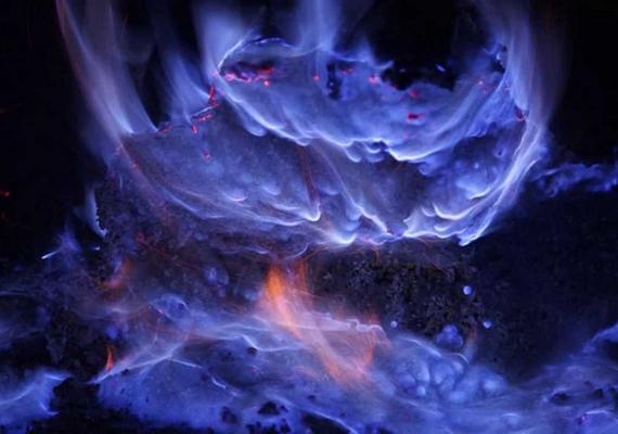 Indonéziában, Jáva szigetének északi részén található a Kawah Ijen vulkán, mely kék színű, bengáli fényének köszönheti hírét, éjszakánként pergő tűzfolyamként ömlik le a vulkáni hegyen. A National Geographic szerint a kék izzás olyan kénes gázok égéséből származik, melyek csak magas légköri nyomás mellett alakulhatnak ki a vulkáni kúp repedéseiben.