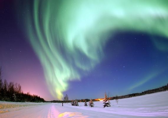 Bár a sarki fény káprázatosan színpompás játékát sokan ismerik, nem maradhat ki a felsorolásból, mert egyike a földkerekség leglátványosabb természeti jelenségeinek. Létrejöttében a Napról leszakadó, töltött részecskék vesznek részt, melyek különböző gázokkal egyesülve alakítják ki ezt az időszakos, tarka fényjátékot. Szeptember és kora április között figyelhető meg Kanada, Alaszka, Izland és Skandinávia északi részén.
