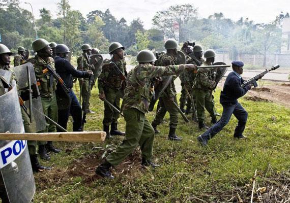 Minden kenyai iskolát bezártak a terrortámadás után. A támadókat négy órás tűzharcban hatástalanította a hadsereg. A legtöbb túszt addigra kivégezték.