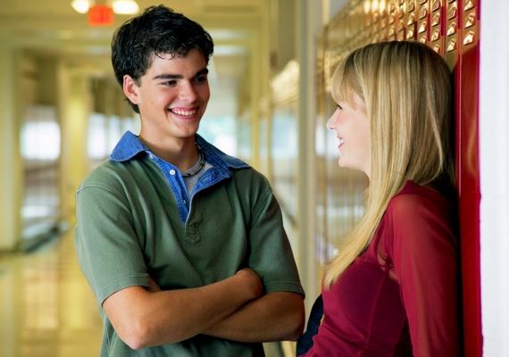 Egyre közelebb áll hozzád a fiú beszélgetés közben? Ha a társalgás alatt apró lépésenként halad feléd, amit talán még ő maga sem vesz észre, csak amikor már nagyon közel van, az egyértelmű jele annak, hogy vonzódik hozzád.
