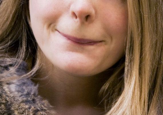 Ne dörzsöld össze vagy harapdáld az ajkaid beszélgetés közben, mert ezzel azt jelezheted a másik felé, hogy valamit rejtegetsz, vagy nem őszinték a reakcióid. Ezt egyébként általában akkor csinálja az ember, ha zavarban van, de a mozdulat kívülről nézve nem ezt a benyomást kelti.