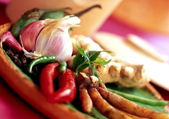 Csak mértékkel fogyassz olyan markáns illatú ételeket, mint a fokhagyma vagy a curry, mert ezek is hozzájárulnak az erős testszag kialakulásához.