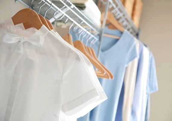 Fontos, hogy mindig tiszta ruhát vegyél fel. A természetes anyagból készült, például a pamutruhákba sokkal kevésbé izzadsz bele. Ilyenkor még az sem baj, ha nap közben átöltözöl, ám a váltás előtt nem árt megmosakodni.