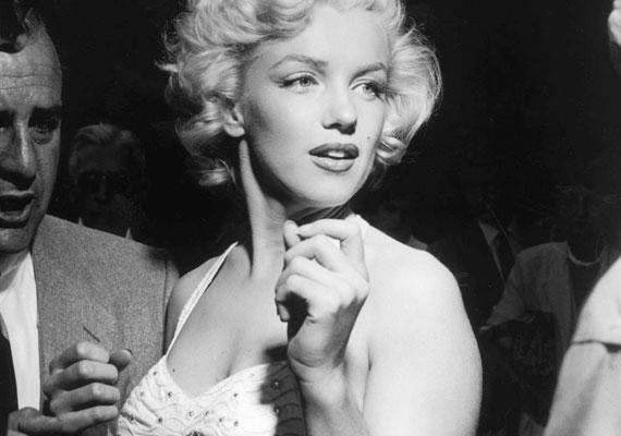 - Jobban tenné, ha titkárnőnek állna vagy férjhez menne - tanácsolta Marilyn Monroe-nak 1944-ben a Blue Book modellügynökség. Marilyn azonban inkább szőkére festette a haját, és a Blue Book legsikeresebb modellje lett.
