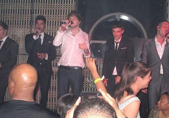 A srácok egy éjszakai klubba mentek, ahol néhány dalukat is elénekelték.